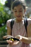 Młodej dziewczyny mienia motyl zdjęcie stock