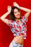 Młodej dziewczyny mienia ręki nad ona kierownicza w studiu Zdjęcie Stock