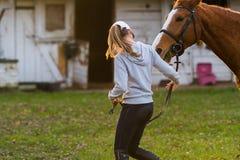Młodej dziewczyny narządzania koń dla przejażdżki Fotografia Stock