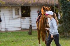 Młodej dziewczyny narządzania koń dla przejażdżki Fotografia Royalty Free