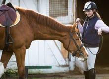 Młodej dziewczyny narządzania koń dla przejażdżki Zdjęcia Royalty Free