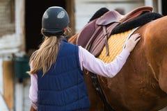 Młodej dziewczyny narządzania koń dla przejażdżki Obrazy Stock