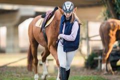Młodej dziewczyny narządzania koń dla przejażdżki Obraz Royalty Free