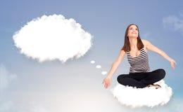 Młodej dziewczyny obsiadanie na chmurze i główkowaniu abstrakcjonistyczny mowy bubb Zdjęcie Stock