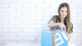 Młodej dziewczyny otwarcia pudełko z stacjonarnym nożem zdjęcie wideo
