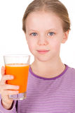 Młodej dziewczyny pije sok pomarańczowy Zdjęcia Stock