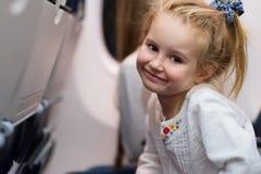Młodej dziewczyny podróżowanie samolotem zdjęcie royalty free