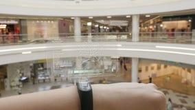 Młodej dziewczyny prasa na futurystycznej interfejsu użytkownika pojęcia bransoletce Graficzny interfejs użytkownika - GUI Głowa  zdjęcie wideo
