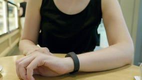 Młodej dziewczyny prasa na futurystycznej interfejsu użytkownika pojęcia bransoletce Graficzny interfejs użytkownika - GUI Głowa  zbiory