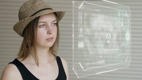 Młodej dziewczyny prasa na futurystycznym interfejsu użytkownika pojęcia ekranie Graficzny interfejs użytkownika - GUI Głowa up p zbiory