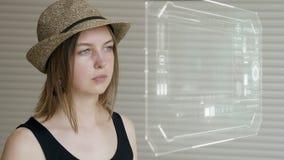 Młodej dziewczyny prasa na futurystycznym interfejsu użytkownika pojęcia ekranie Graficzny interfejs użytkownika - GUI Głowa up p zdjęcie wideo