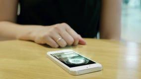 Młodej dziewczyny prasa na futurystycznym interfejsu użytkownika pojęcia telefonie Graficzny interfejs użytkownika - GUI Głowa up zdjęcie wideo