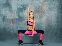 Młodej dziewczyny przerwy taniec na ściennym tle zdjęcia stock