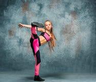 Młodej dziewczyny przerwy taniec na ściennym tle obrazy royalty free