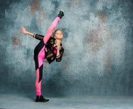 Młodej dziewczyny przerwy taniec na ściennym tle obraz royalty free