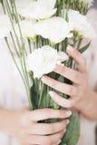 Młodej dziewczyny ręka trzyma wielkiego bukiet świezi biali kwiaty Jaskrawy kobiecy styl życia fotografia stock