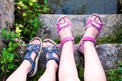 Młodej dziewczyny ` s nogi z sandałami Obrazy Stock
