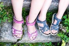 Młodej dziewczyny ` s nogi z sandałami Obraz Stock