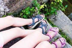 Młodej dziewczyny ` s nogi z sandałami Fotografia Stock