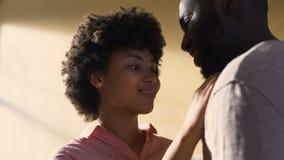 Młodej dziewczyny uderzania chłopaka twarz, plciowego powiązania bliskość, intymności pragnienie zbiory wideo