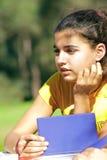 Młodej dziewczyny writing przy lasem zdjęcie royalty free