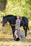 Młodej equestrian kobiety chodzący koń w jesień parku zdjęcia royalty free