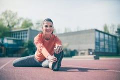 Młodej kobiety ćwiczenie outside hełmofonu czarny zamknięty wizerunek odizolowywał mikrofonu ochraniacza miękką część w górę biel Zdjęcia Stock