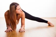 Młodej kobiety ćwiczyć - rozciąganie Obraz Royalty Free