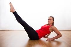 Młodej kobiety ćwiczyć - rozciąganie Fotografia Stock