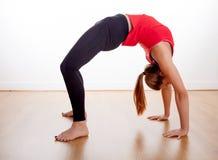 Młodej kobiety ćwiczyć - rozciąganie Fotografia Royalty Free