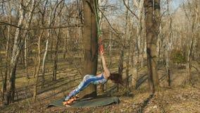 Młodej kobiety ćwiczy aerogravity w parku zdjęcie wideo