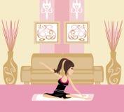 Młodej kobiety ćwiczy joga indoors Obraz Stock
