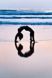 Młodej kobiety ćwiczy joga na plaży w Agonda Zdjęcia Stock