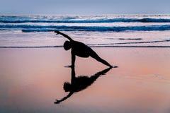 Młodej kobiety ćwiczy joga na plaży w Agonda Zdjęcia Royalty Free