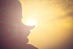 Młodej kobiety ćwiczy joga na ranku świetle słonecznym obraz royalty free