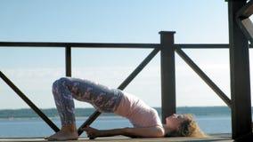 Młodej kobiety ćwiczy joga outdoors w lecie Zdrowy Styl ?ycia zdjęcie wideo