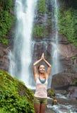 Młodej kobiety ćwiczy joga siklawą Zdjęcie Stock