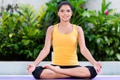 Młodej kobiety ćwiczy joga w lotosowej pozyci outdoors Obrazy Royalty Free