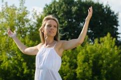Młodej kobiety ćwiczy joga w naturze Zdjęcie Royalty Free