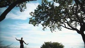 Młodej kobiety ćwiczy joga w naturze zbiory