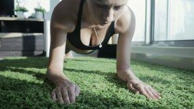 Młodej kobiety ćwiczy joga z pejzażu miejskiego tłem w domu zbiory