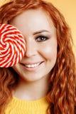 Młodej kobiety łasowania cukierku lizak obraz royalty free