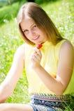 Młodej kobiety łasowania piękne blond truskawki zdjęcia royalty free