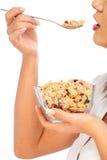 Młodej kobiety łasowania zboża śniadanie Zdjęcia Stock