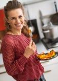 Młodej kobiety łasowanie piec bania w kuchni zdjęcie royalty free
