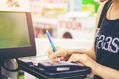 Młodej kobiety Asia damy zakupy wynagrodzenia kredytowa karta w supermarketa Th zdjęcia royalty free