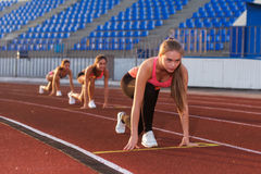 Młodej kobiety atleta przy zaczyna pozycją przygotowywającą zaczynać rasy Obrazy Stock