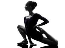 Młodej kobiety baleriny baletniczy rozciągania nagrzanie baletniczy Fotografia Stock