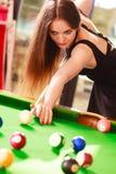Młodej kobiety bawić się bilardowy Fotografia Stock