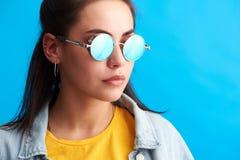 Młodej kobiety być ubranym nowożytni okulary przeciwsłoneczni obraz stock